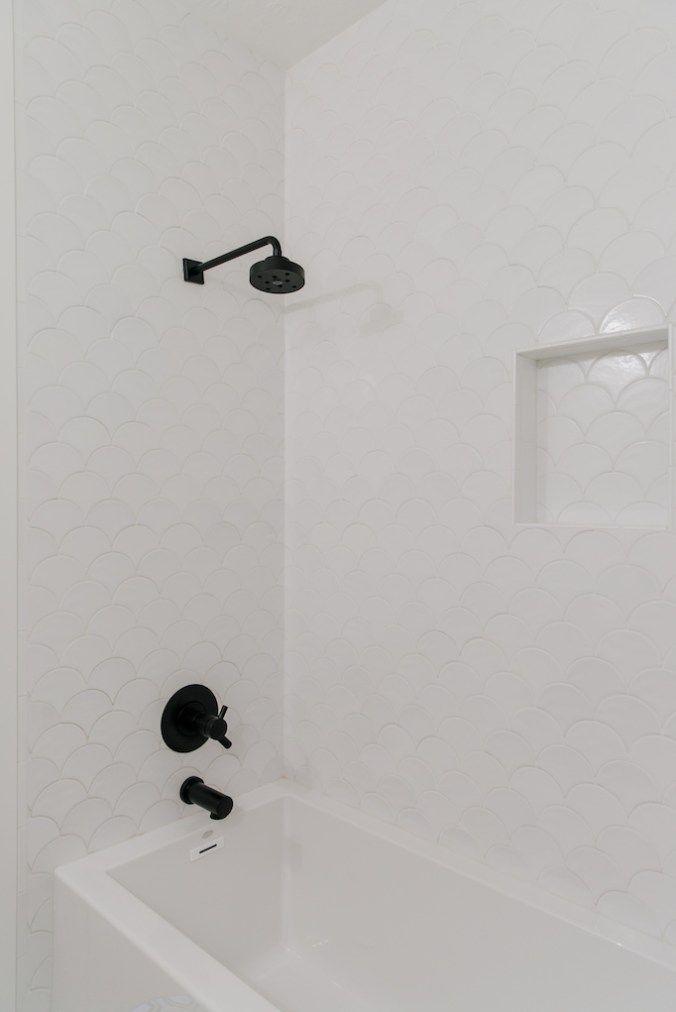 Photo of Mischen von Metallen mit Brizo in den Badezimmern der Villa BonitaBECKI OWENS