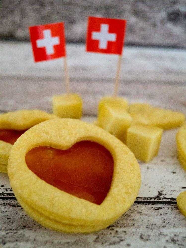 Schweizer GruyèrePlätzchen mit HagebuttenGelee (mit