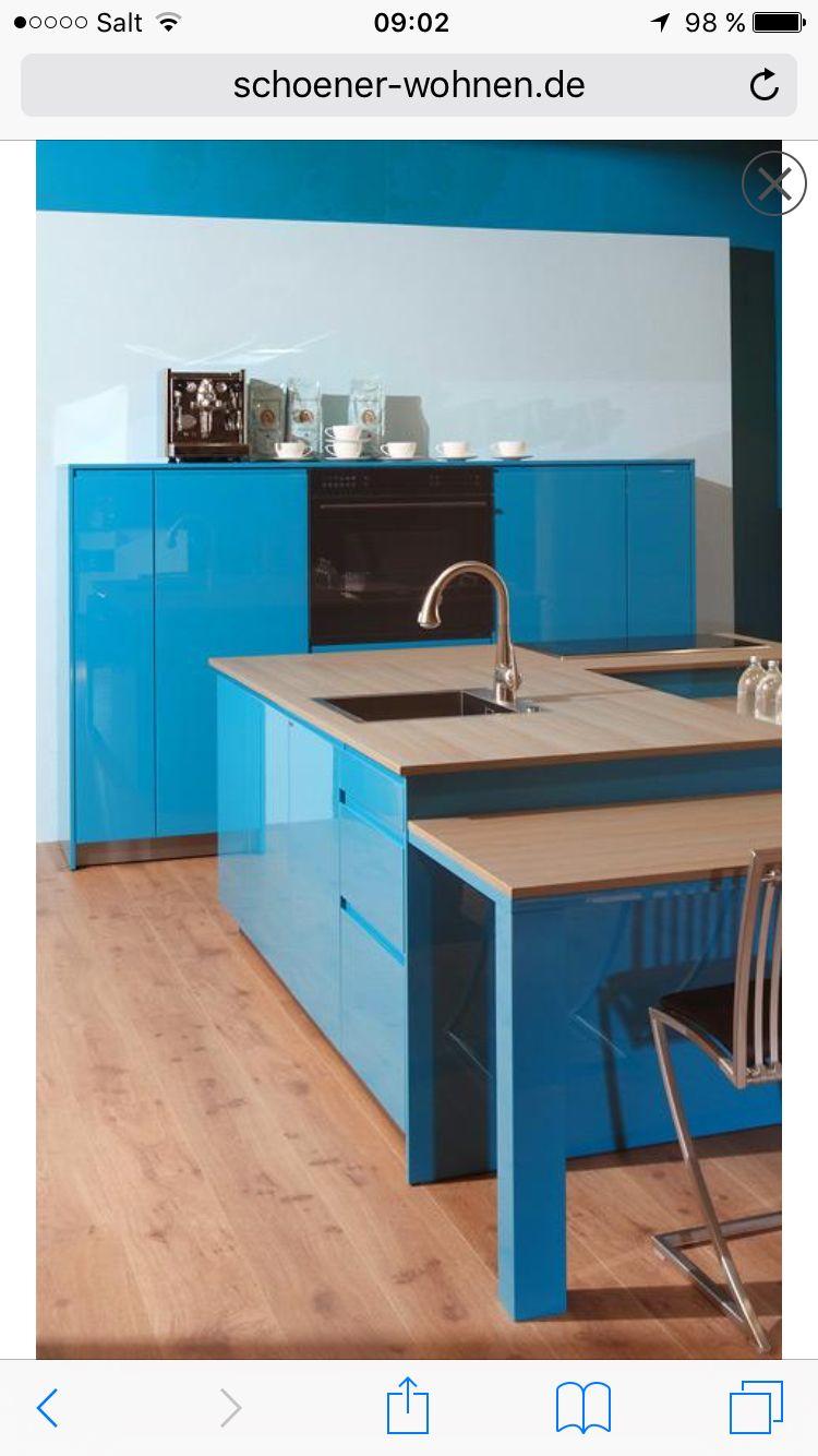 Eiche, kombiniert mit kräftigem Blau – diese Kombination erinnert an ...