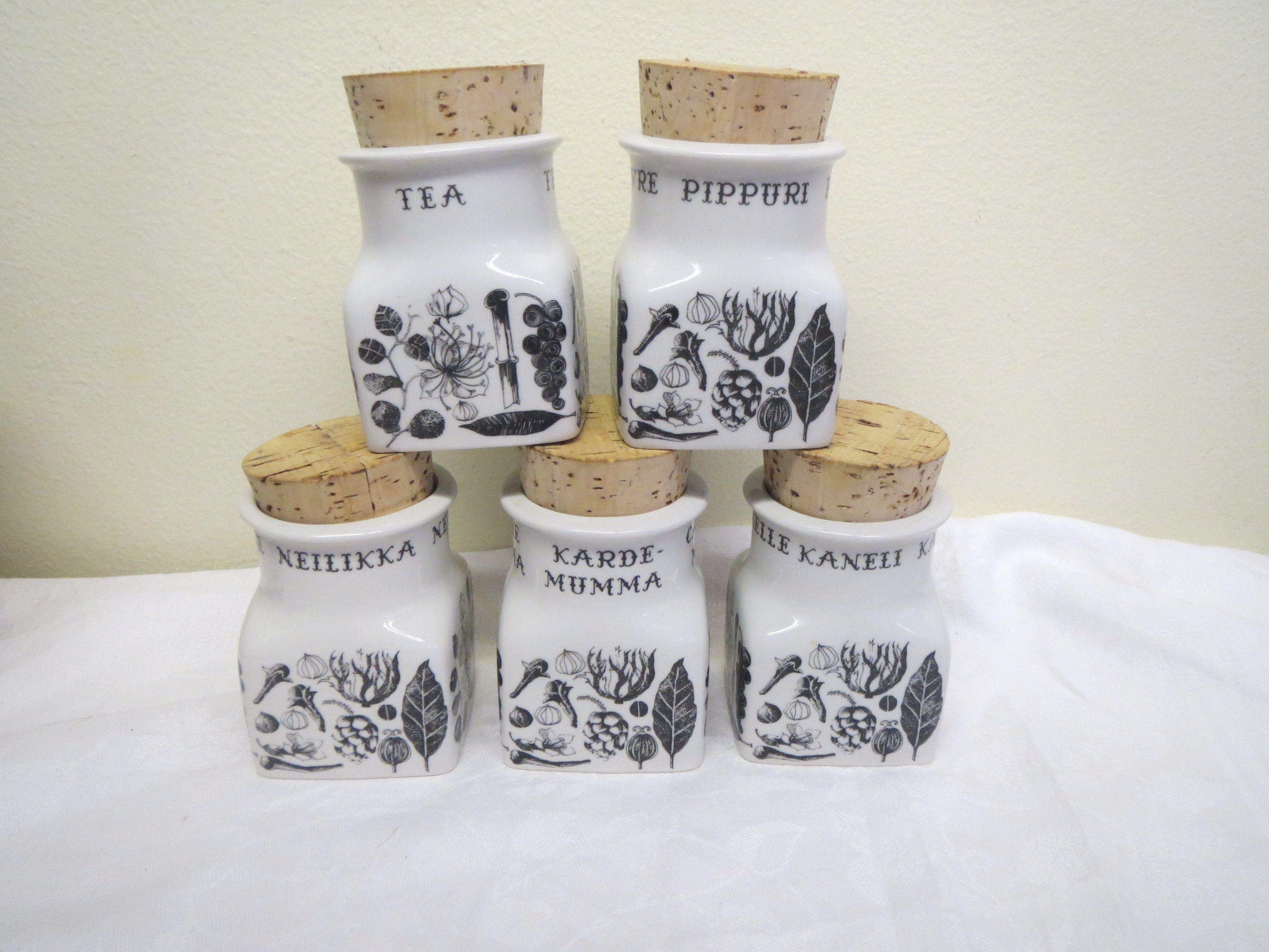 Arabian maustepurkit, kuvion suunnitellut Esteri Tomula. Ehjät ja hyväkuntoiset; pippuri, kardemumma, tee, kaneli ja neilikka.  28 euroa/kpl.
