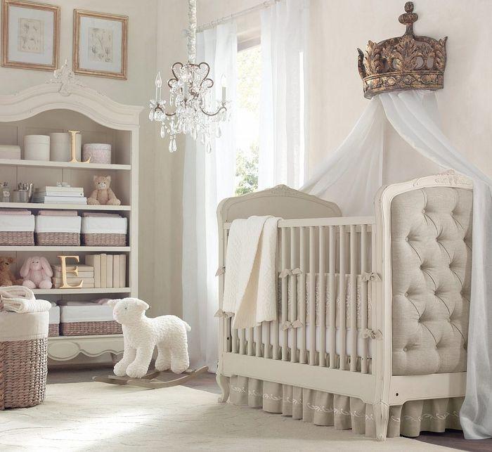 Superior Babyzimmer In Shabby Chic, Verspielter Kronleuchter, Möbel Mit  Altersspuren, Himmelbett, Große Krone Amazing Design