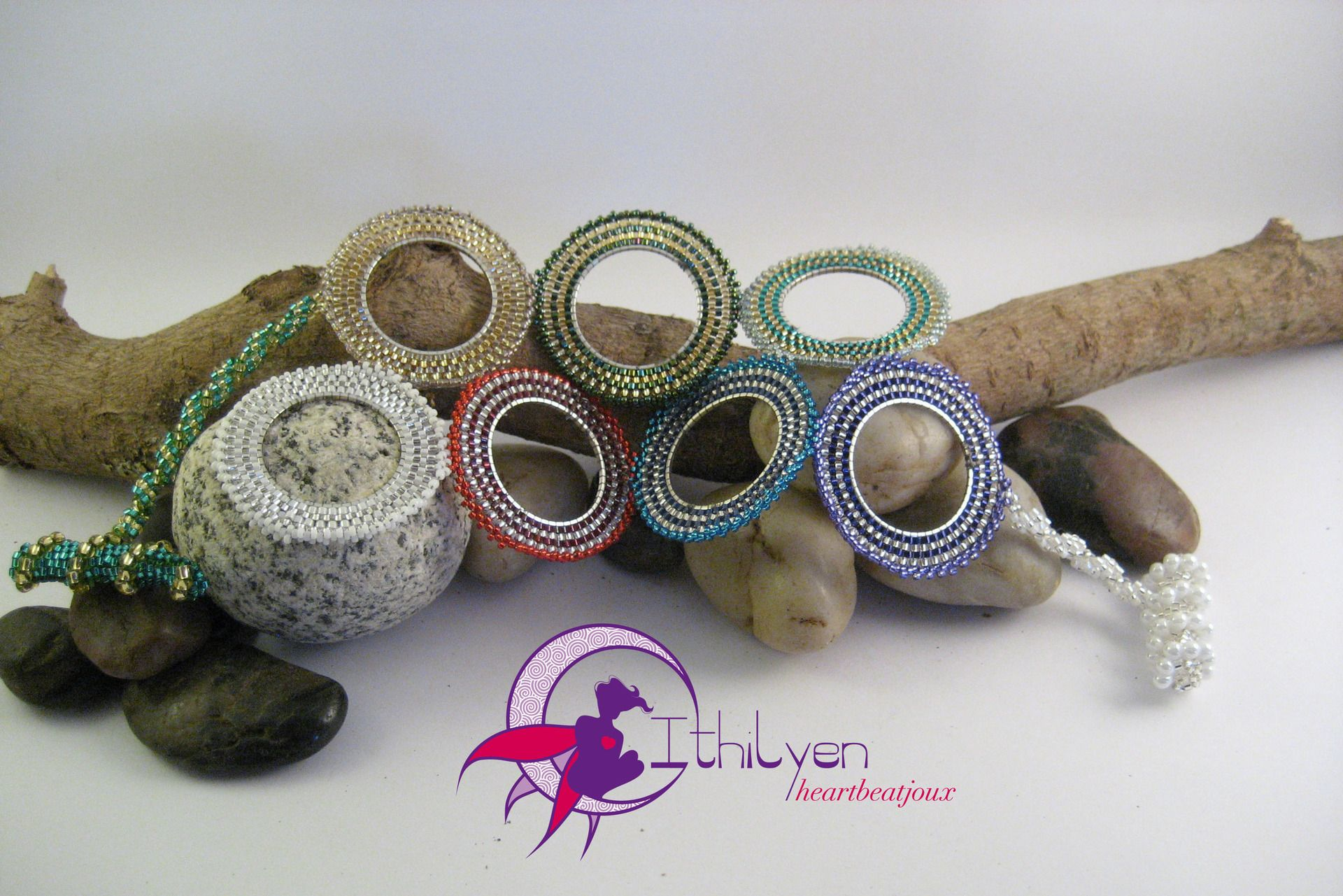 """Bracciale """"Iride"""" in brickstitch circolare su anelli di metallo argentato : Braccialetti di ithilyen-heartbeatjoux"""