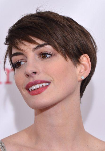 Anne Hathaway Capelli Corti Cerca Con Google Hair Hair Cuts