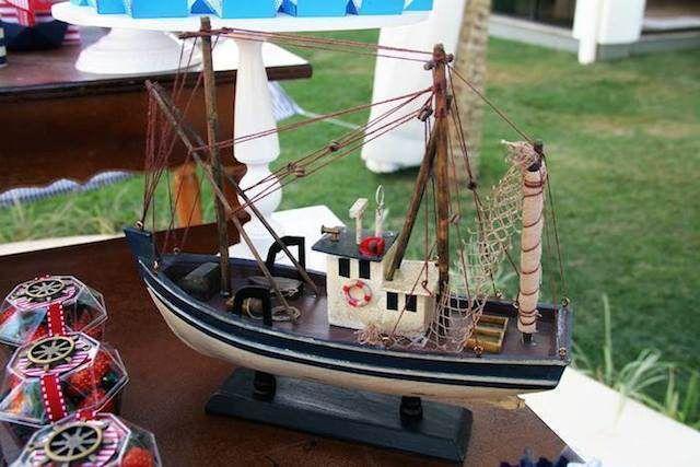 baby shower decorado con velero de madera color marrón