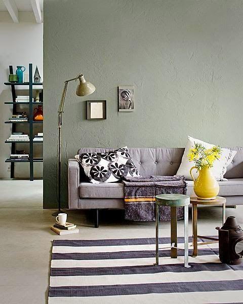 Grijs industrieel interieur combineer je met groen - Woonkamer ...