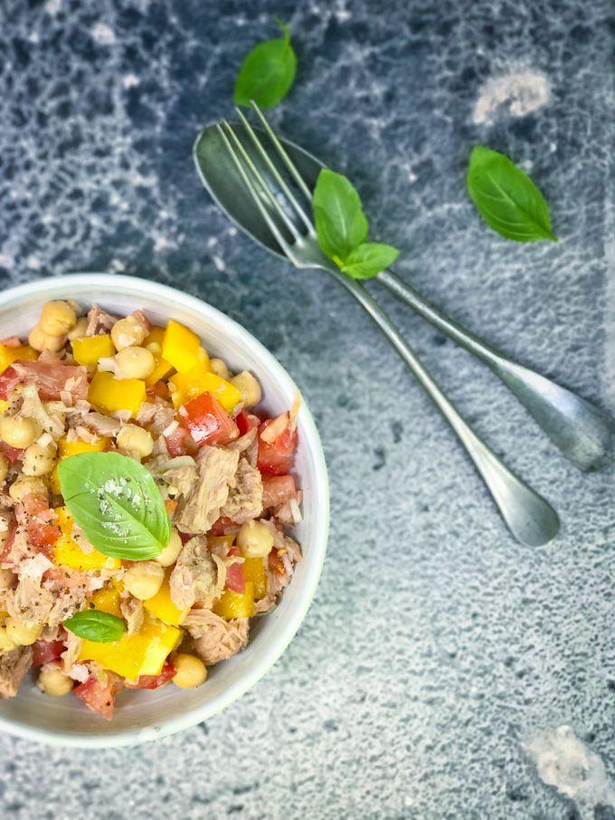 Tonnikala-kikhernesalaatti on tämän kesän salaatti - Jotain maukasta