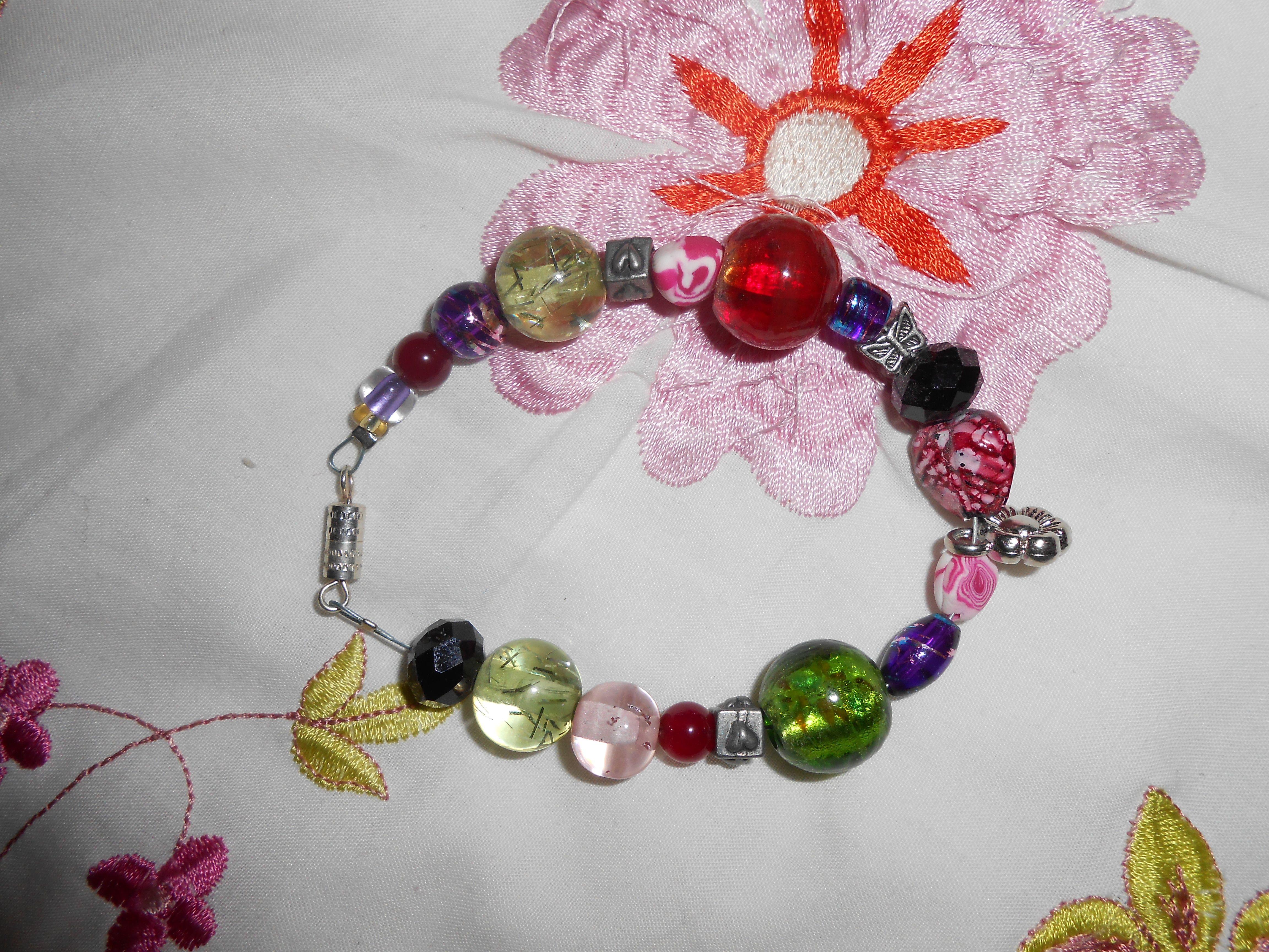 Un bracelet faire de perles de verres, de plastiques et de métales!