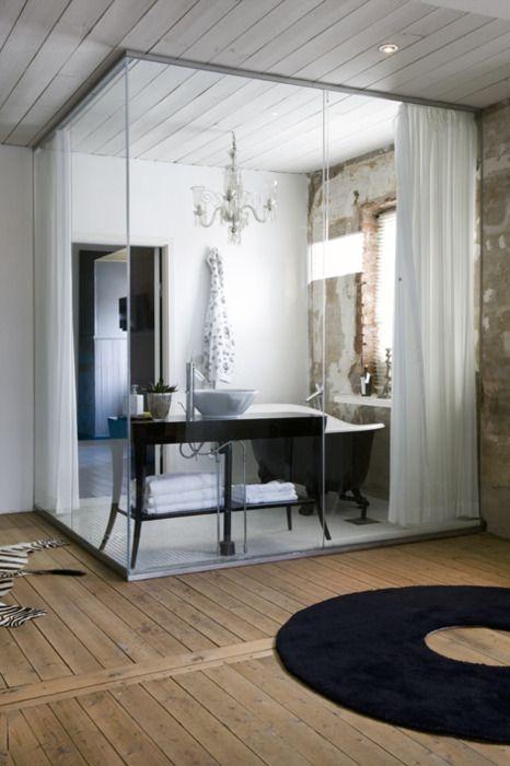 baño, con cerramiento de vidrio y cortinas, mueble sencillo para lavabo de diseño y bañera exenta