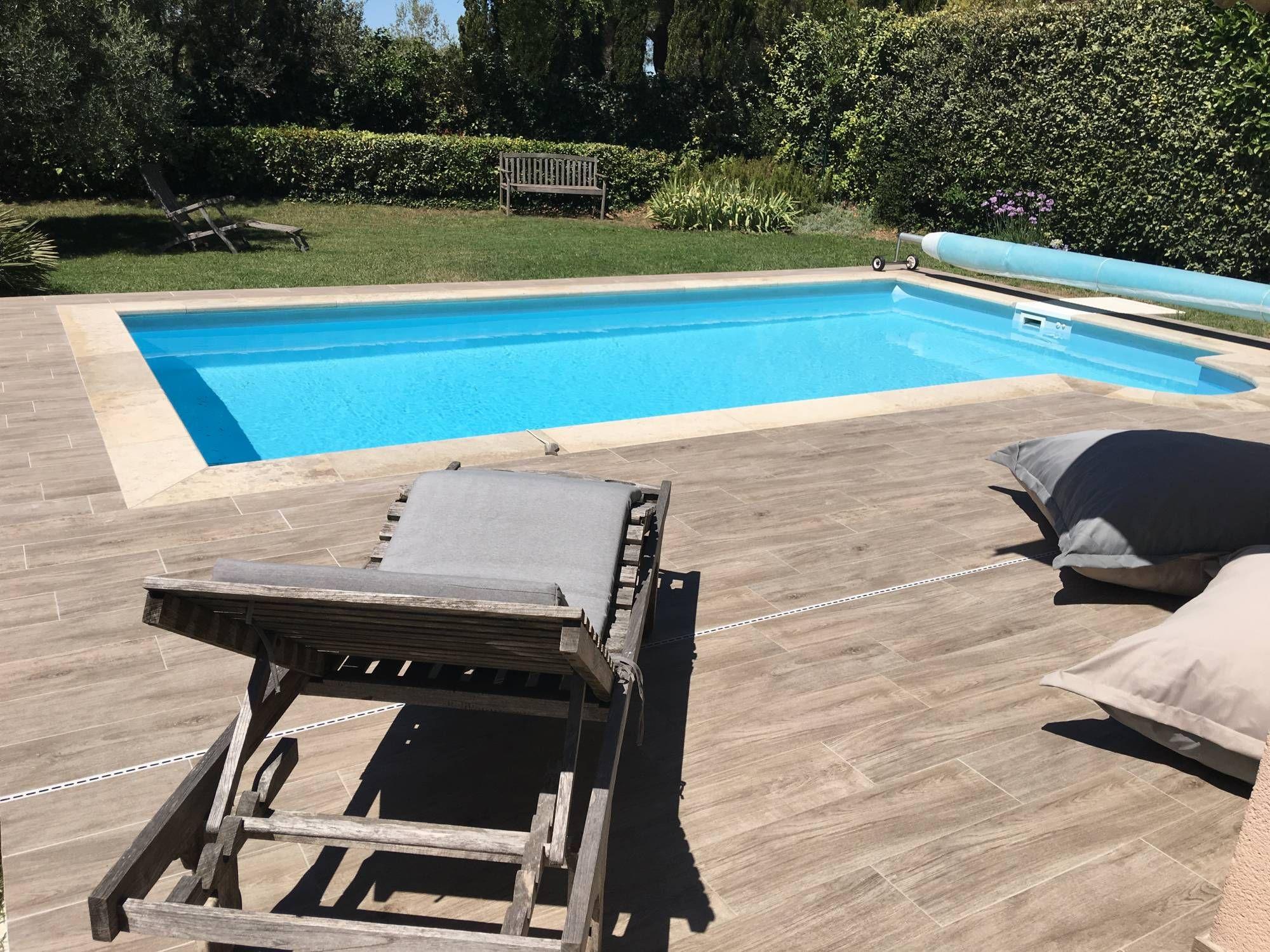 Piscine Carrelage Imitation Bois Margelles En Pierre Aix En Provence Carrelage Interieur Et Exterieur A En 2020 Carrelage Imitation Bois Carrelage Exterieur Piscine