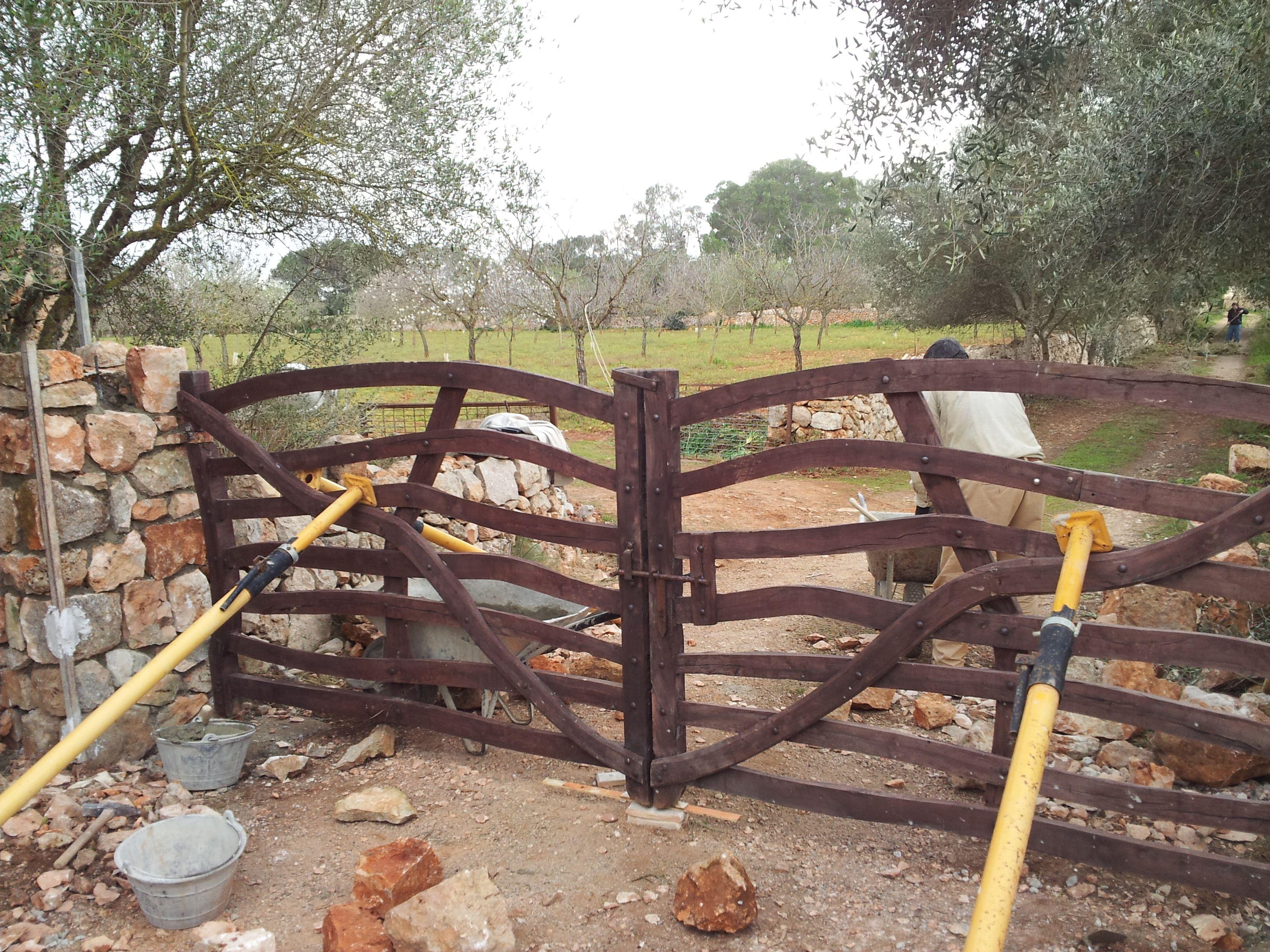 Entrada a finca r stica con barreras en madera artesanales - Entradas de madera ...