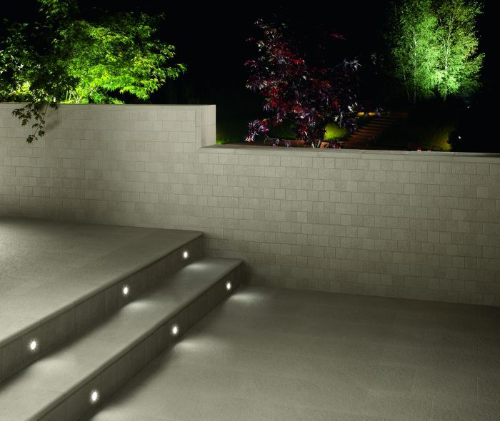degli scalini illuminati da faretti led a incasso
