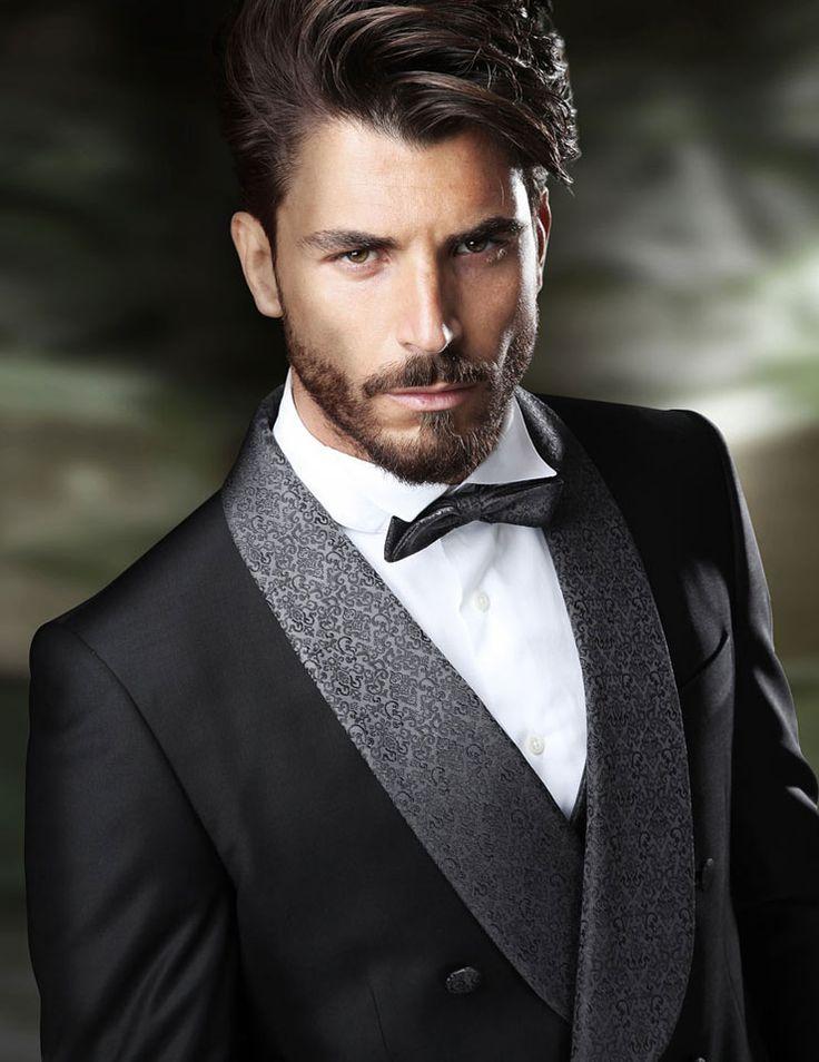 smoking cruzado negro, solapa brocada en gris, pajarita y cuello de