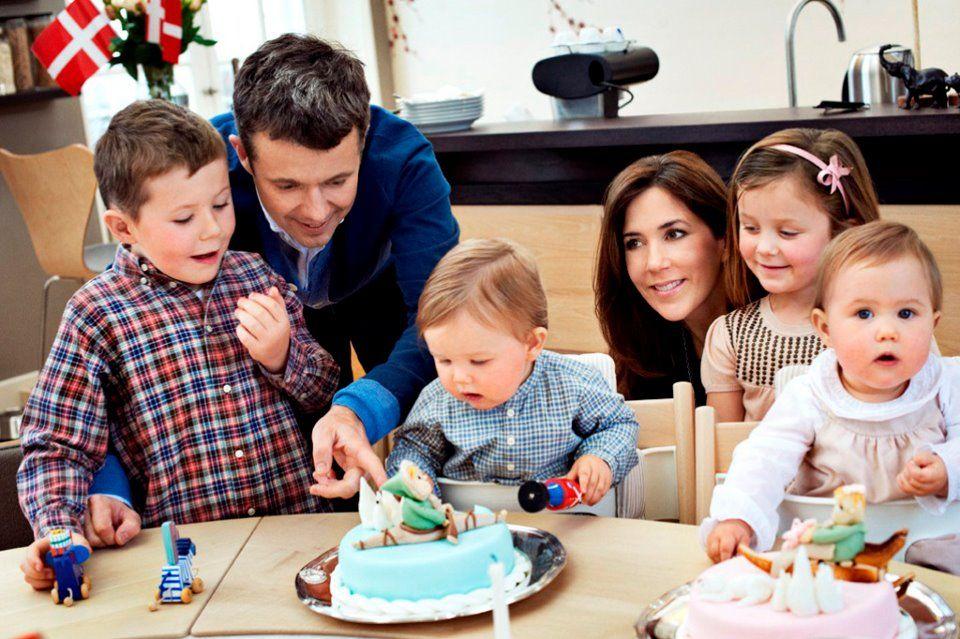 Kronprinsparret med D.K.H. Prins Christian, Prinsesse Isabella, Prins Vincent og Prinsesse Josephine ved fødselsdagsbordet søndag den 8. januar 2012 i Frederik VIII's Palæ, Amalienborg ♥