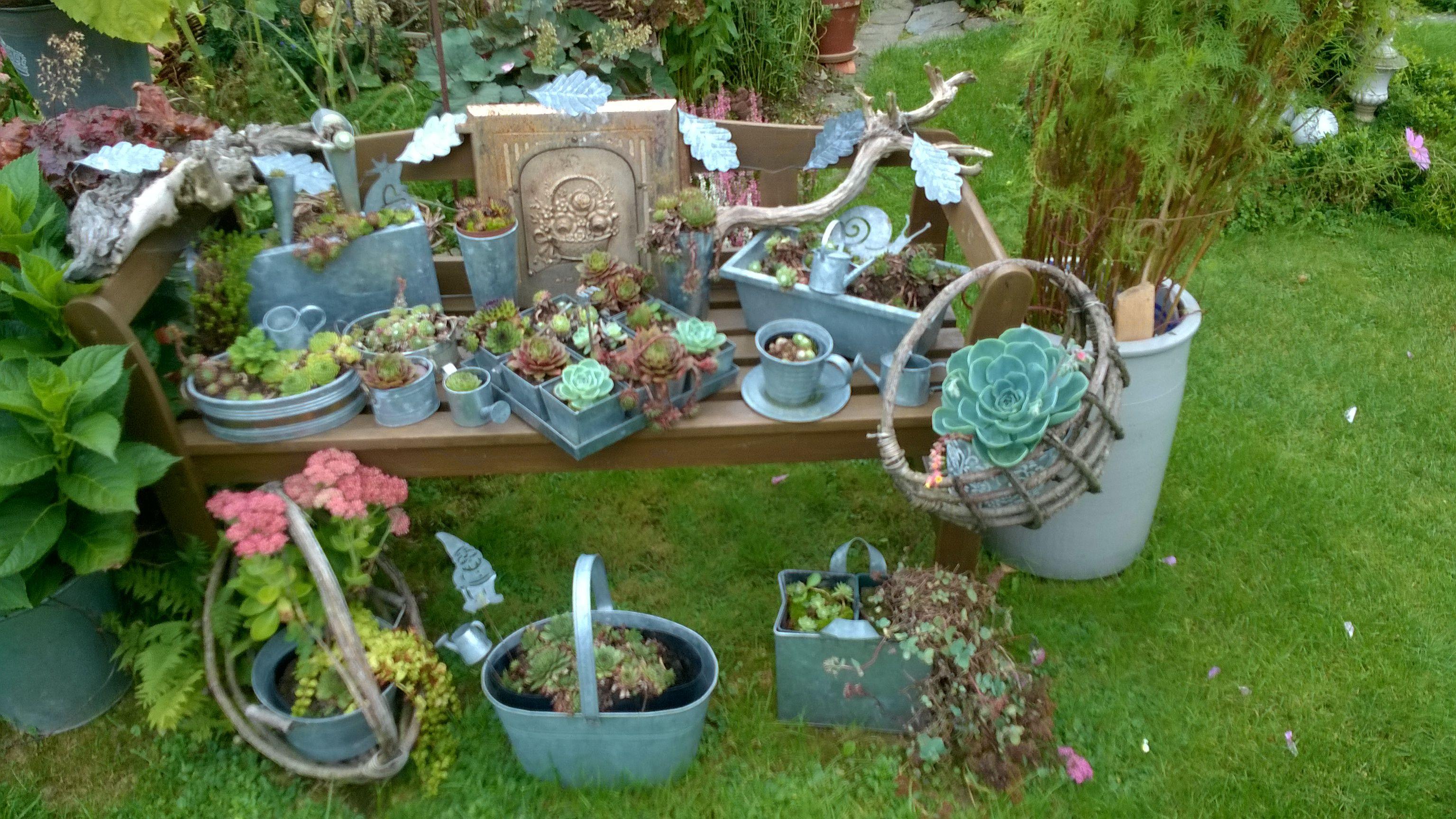 Reichlich Dekorierte Gartenbank Dekorieren Mit Zinn Viele Teile