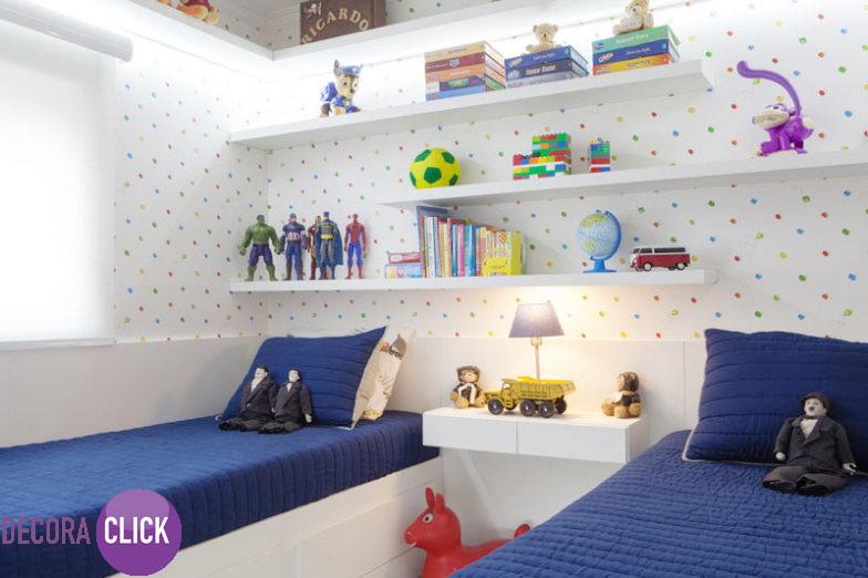 Decoração de Interiores – Quartos  Decoração de quarto para gêmeos ou irmãos. Um quarto fofo e super bem organizado. Com papel de parede de fundo branco e com pontos coloridos, o projeto ganha alegria nas cores, complementado por móveis brancos que criam a sensação de espaço para o ambiente pequeno. As prateleiras envolvem o quarto ajudando a organizar os pertences, que por sua vez decoram o quarto. Decoração alegre e organizada.  http://decoraclick.com.br/decoracao-de-interiores-quartos-12/