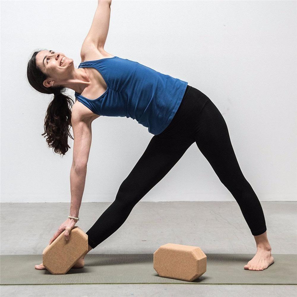 Ajoutez du confort à vos séances de relaxation et découvrez de nouvelles  postures grâce à cette brique de Yoga Luxe hexagonale en liège naturel. 43f30496eae