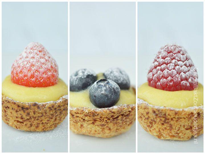 Kleine fruittaartjes met banketbakkersroom