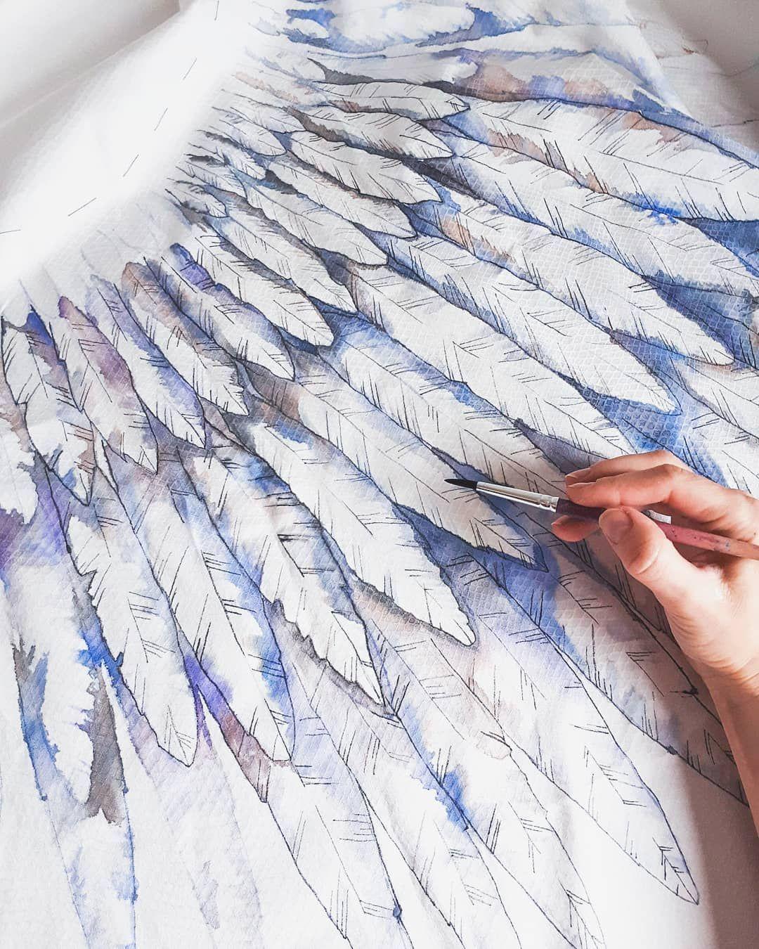 картинка крылья из перьев гербом охотников