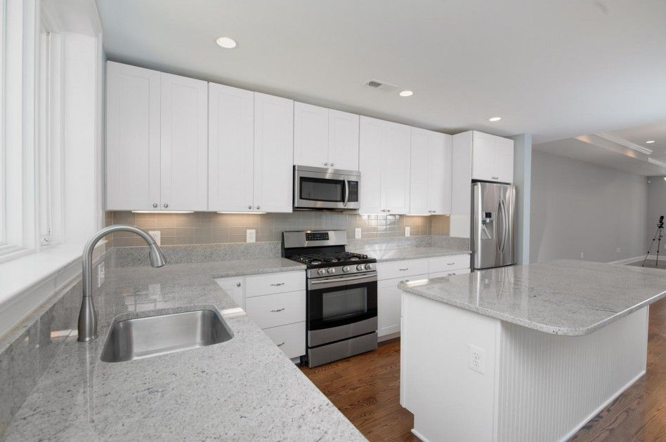 White Kitchen Gray Glass Backsplash Cocina De Marmol Blanco