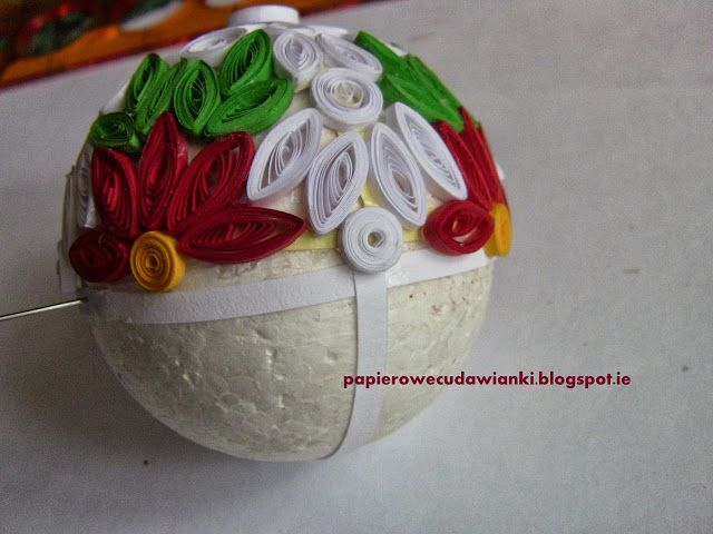 How To Make A Bauble On A Christmas Tree Tutorial Quilling Christmas Paper Quilling Patterns Paper Quilling Designs