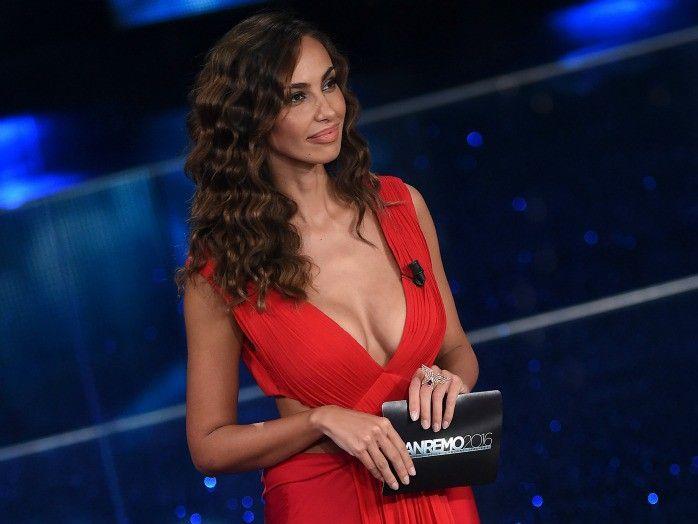 A Sanremo 2016 terza serata dallo stile rock con l'eleganza sempre presente sul palco dell'Ariston ma a sorprendere è Virginia Raffaele