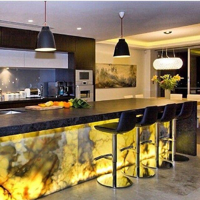 llamativa #cocina con creativo detalle en #marmol e #iluminacion Ve