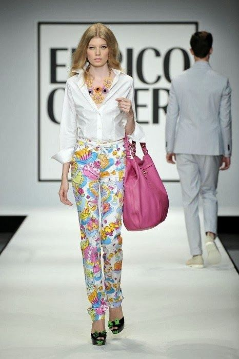 I Love That Style. -Printed pant, simple top, and bright bag....!!