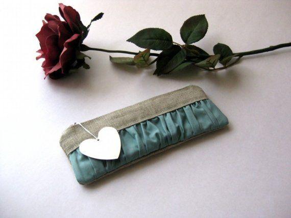 Diese Tasche ist aus Leinen auf der Außenseite und mit Creme Baumwolle Canvas ausgekleidet. Im Aussenbereich befindet Falten in einem hellen Blau