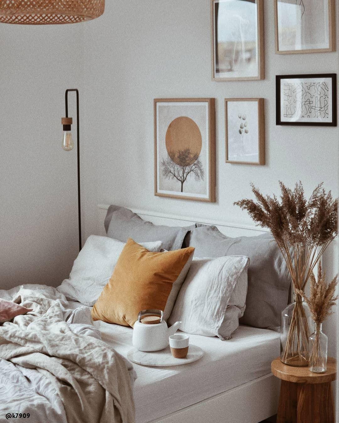 Zeit für einen Stilmix: Scandi goes Boho! Wenn zwei angesagte Stil-Richtungen aufeinandertreffen, ist das Ergebnis doppelt schön! Die geradlinige Modernität des Scandi-Styles wird mit auffälligen Boho-Elementen aufgelockert und zum weltumschließenden Wohnkonzept. Kombiniere zu puristischen Möbeln, Teppiche im Beni-Ourain-Stil, Flecht-Körbe und stilvoller Deko, fertig ist der Stil-Mix zum Verlieben!