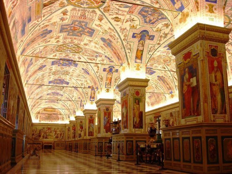 I Musei Vaticani sono situati all'interno della Città del Vaticano ed espongono un'enorme collezione di opere accumulate nel corso dei secoli dai Papi.