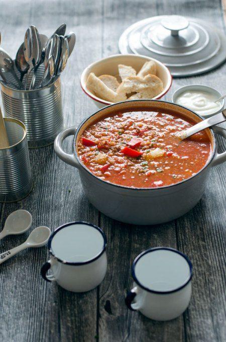 Gefüllte Paprika-Suppe ist eine tolle Alternative zur klassischen gefüllten Paprika. Sehr einfach zu kochen, sättigend, wärmend und kalorienarm