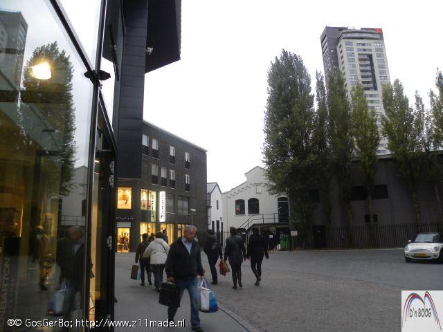 Philips Museum toen de mooie bomen er nog stonden. Inmiddels zijn deze gerooid en vervangen voor een glazenwand.