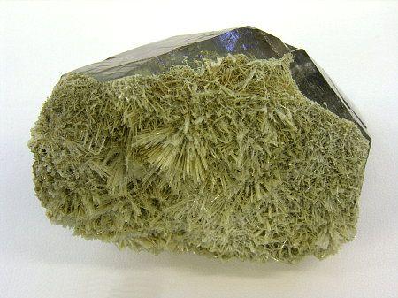 Scolecite on quartz, Tavetsch, Graubunden, Switzerland. Kristalle: In Memoriam Remigi Cavegn