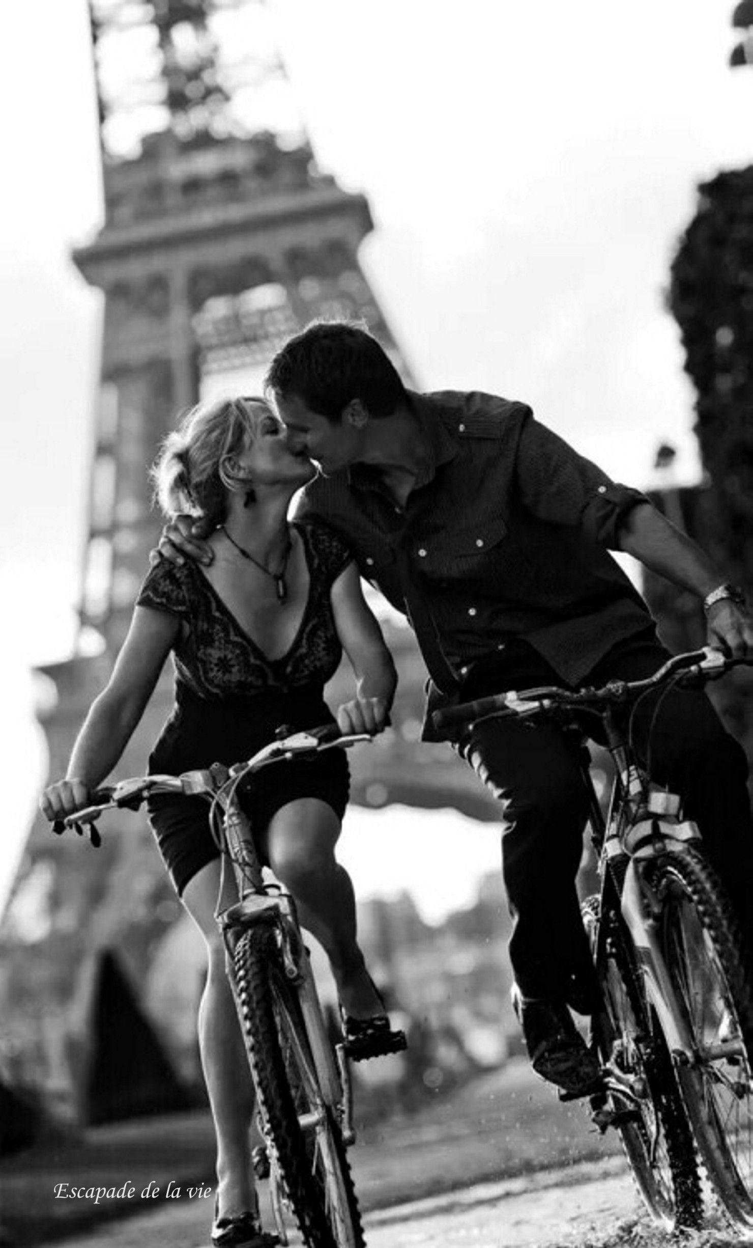 S'embrasser et s'aimer en vélo à Paris ? Couple, deux, amour, tendre,  sensuel, love, délicieux, am… | Noir et blanc, Photo noir et blanc,  Photographie noir et blanc