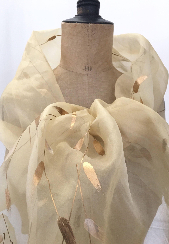 8baf45a411c Etole organza soie ocre avec motifs feuilles dorées pour étole mariage  cérémonie gala cocktails par Ocelyane