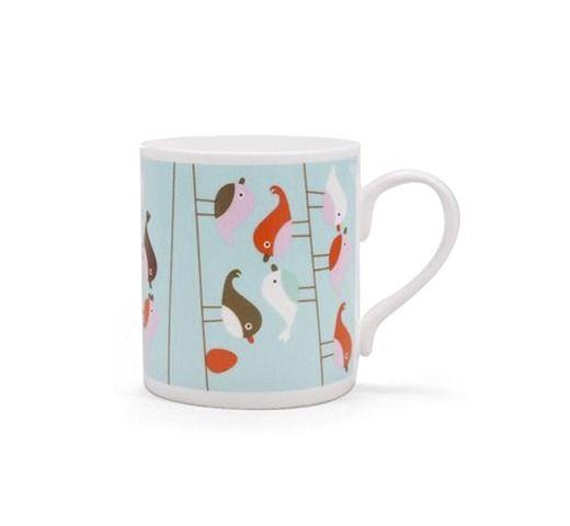 De Isak Blue Birds Mok in porselein met de opvallende grafische stijl van Sandra Isaksson is tegelijk nostalgische en hedendaags.