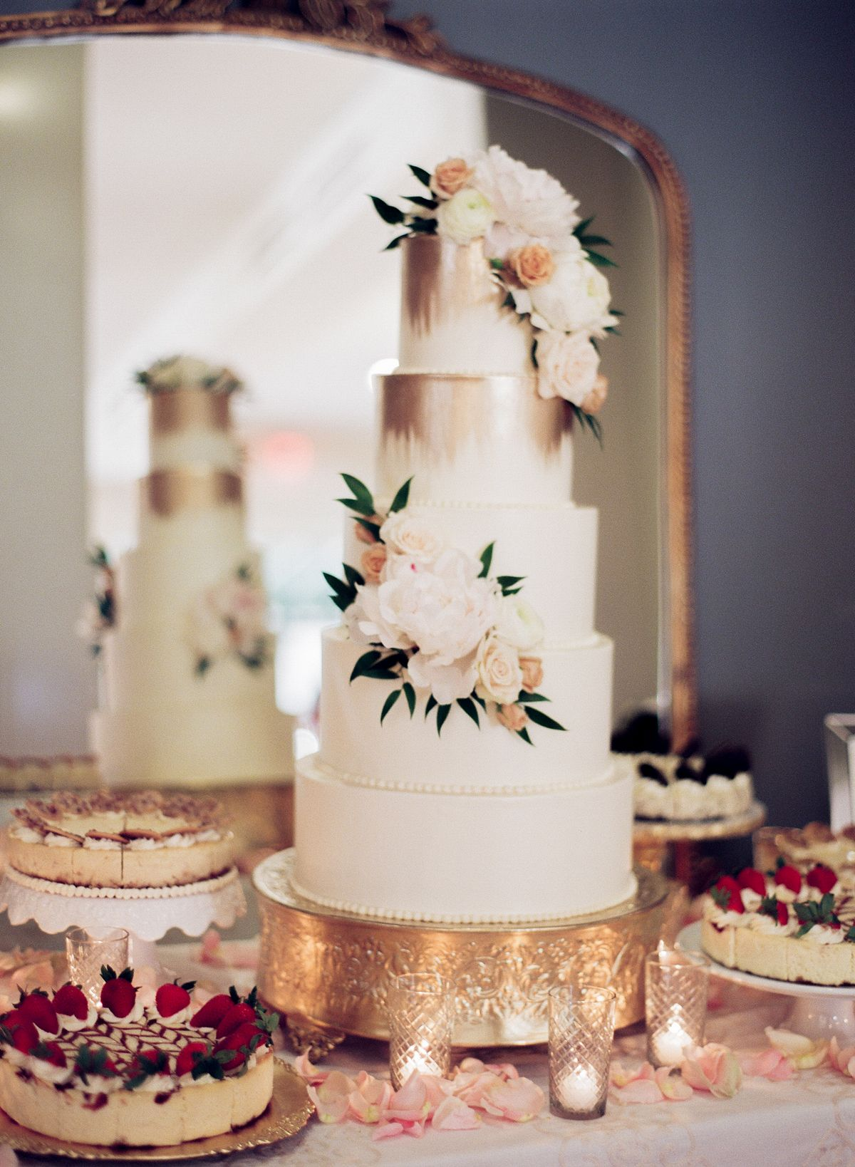 Il Mercato Wedding by Lance Nicoll Floral wedding cakes