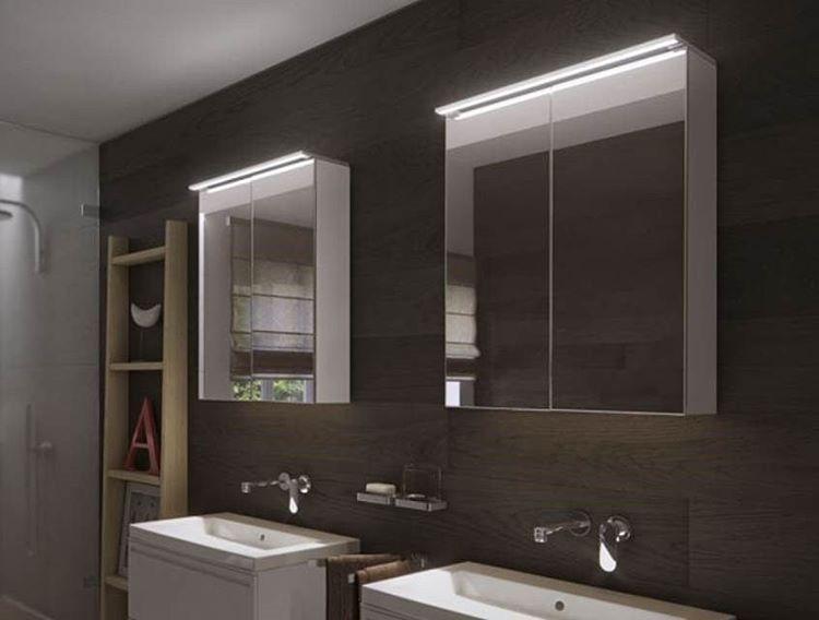 DOMUS Linen uutuus Adler LED-valo. IP 44, kromattu. Voidaan asentaa peilikaapin päälle valolipan sijaan. Valosävy luonnonvalkoinen, kolme eri kokoa: 600 mm, 800 mm ja 900 mm. #domusline #koti #sisustus #valaistus #valo #sisustussuunnittelu #interior #interiordesign #yritysmyynti #tukkumyynti #helakeskus #seinäjoki