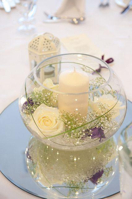 Blumenschmuck in Fischschale mit Rosen und Kerze #whitecandleswedding Blumenschm…