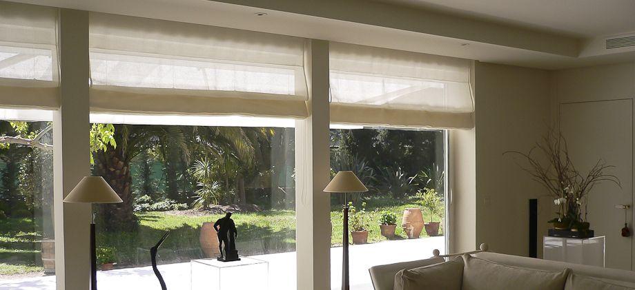 un l ger lin blanc pour les stores bateau de cet appartement contemporain. Black Bedroom Furniture Sets. Home Design Ideas