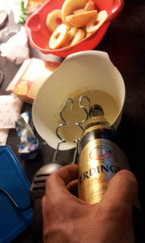 6: Een scheutje bier is altijd lekker. Dan mixen. Het beslag moet vrij dik zijn, anders druipt het straks van de appelschijf.
