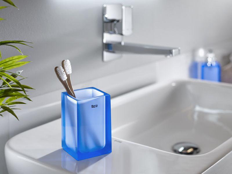 2016  nouveaux accessoires de salles de bains signés ROCA, modèle - salle de bain bleu gris