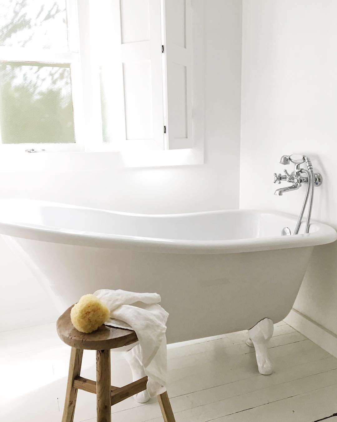 une baignoire d 39 antan pour une salle de bains de charme belles salles de bains pinterest. Black Bedroom Furniture Sets. Home Design Ideas