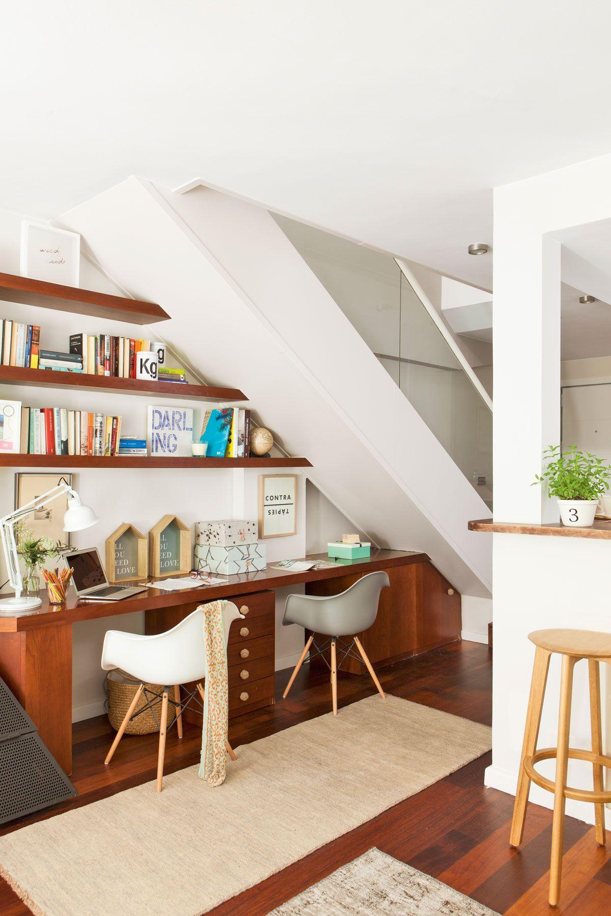 Zona de trabajo bajo la escalera con baldas de madera for Decoracion debajo escaleras