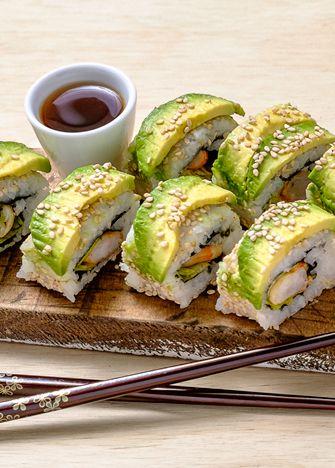 ¡Deliciosa receta! Prepararemos sushi de camarón asado con chipotle y aguacate. Encuentra aquí la receta para preparar el arroz para sushi.