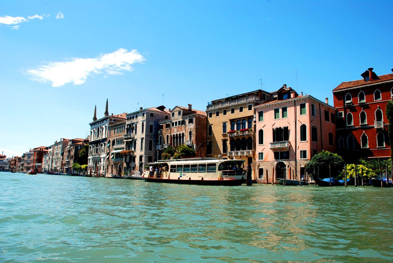 Au printemps denier je voyage à Venice, Italy pour 11 jours. Je jouer le hockey avec le meilleurs joueurs du monde worls. Mon équipe arriver en quatréme position. ALLEZ CANADA ALLER!
