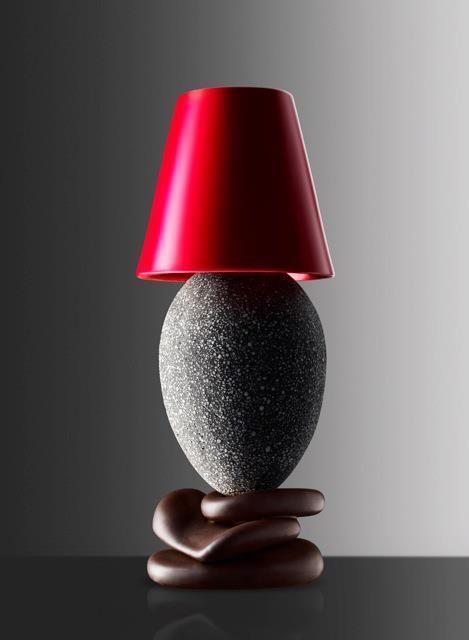 L'oeuf de chevet 2013 de Christophe Michalak  Les 3 galets de chocolat noir sont surmontés d'un œuf en granit noir incrusté d'éclats d'ivoire, cachant en son antre de délicates douceurs chocolatées. Le tout recouvert par un abat jour en chocolat blanc teinté de rouge