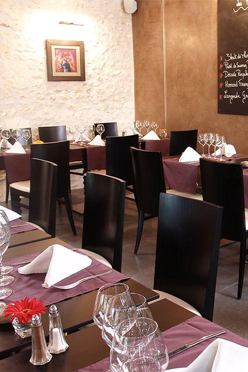 Une atmosphère intemporelle pour une salle de restaurant où s ...