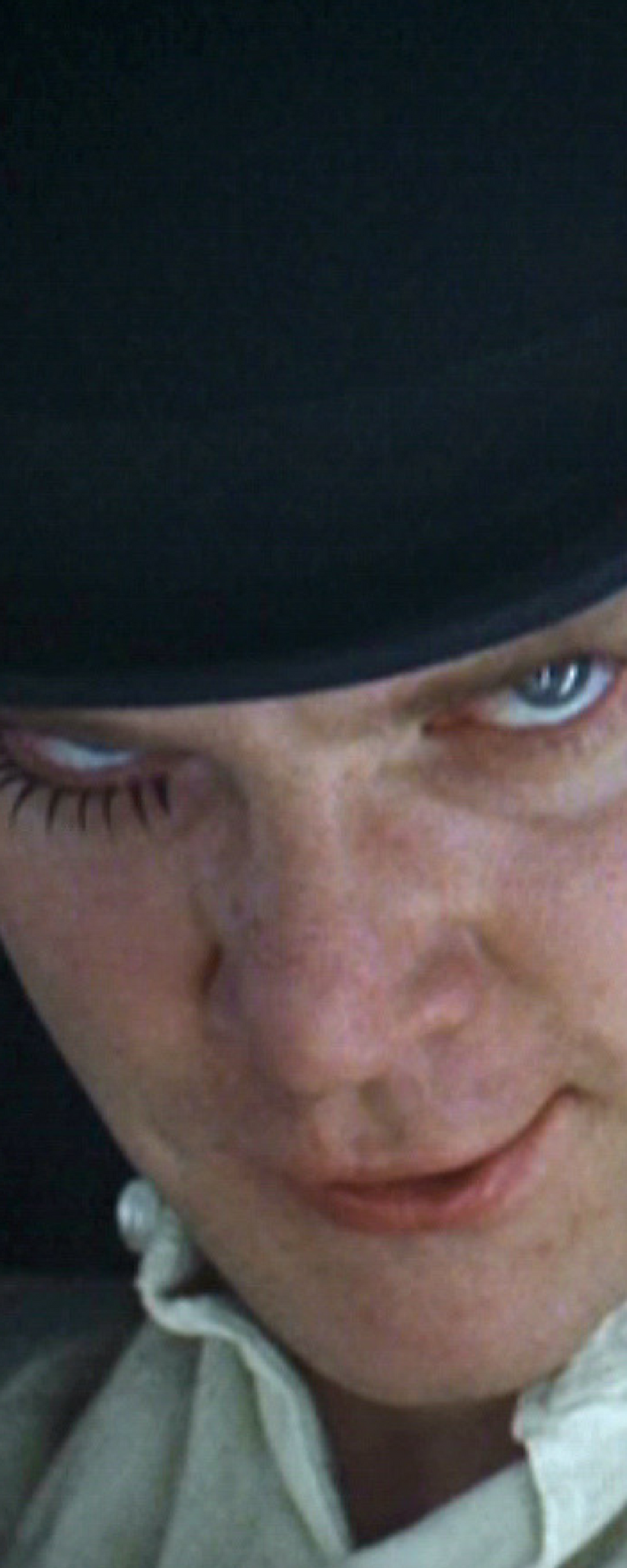 Cena do filme Laranja Mecânica, de Stanley Kubrick. Melhor atuação da carreira de Malcolm McDowell. O cinema disposto em todas as suas formas. Análises desde os clássicos até as novidades que permeiam a sétima arte. Críticas de filmes e matérias especiais todos os dias. Confira nossos filmes sobre o tempo.