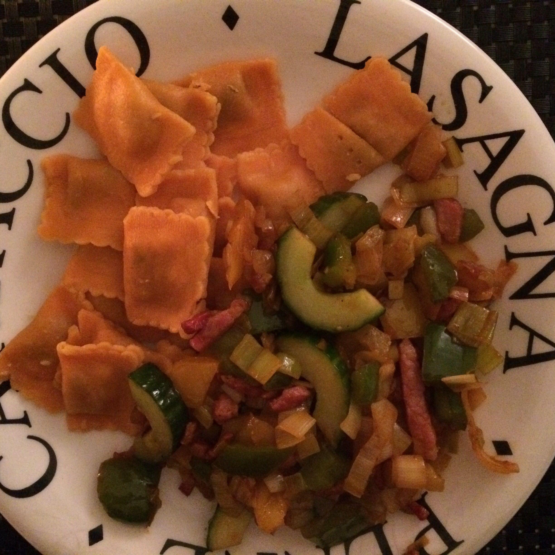 Ravioli kaas&tomaat met spekjes en wokgroenten